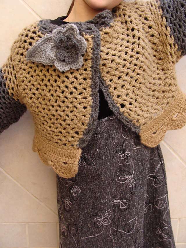 Crocheted net +scalloped cardigan front standing