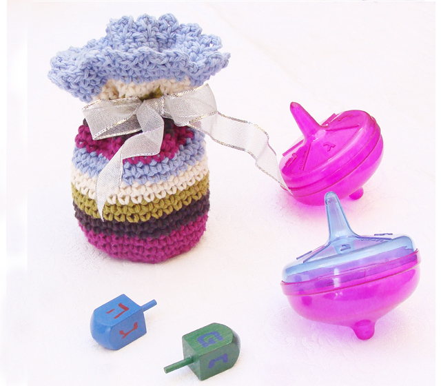 Crocheted gelt-gift pouch for Hannukah
