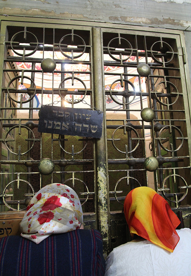 Kever Rachel Trip Sara Emeinu Gravesite2