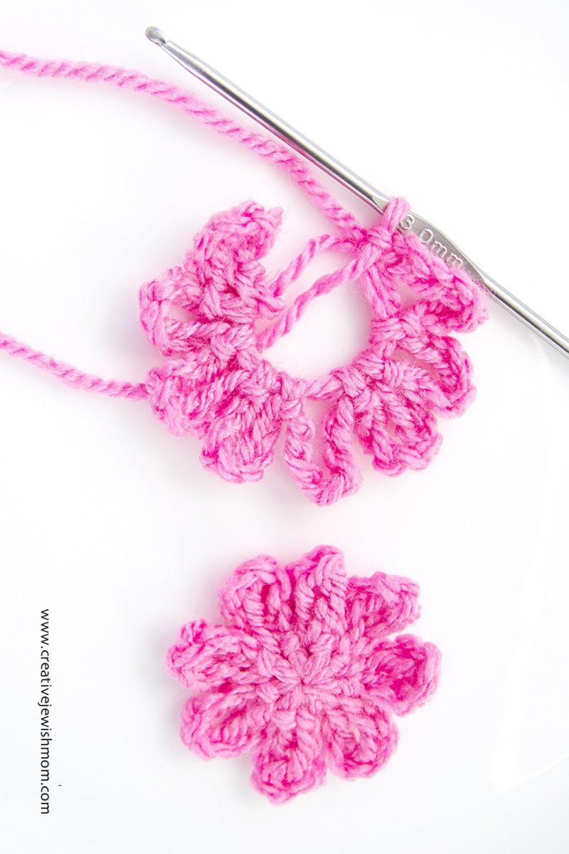 Crocheted flower one round pattern