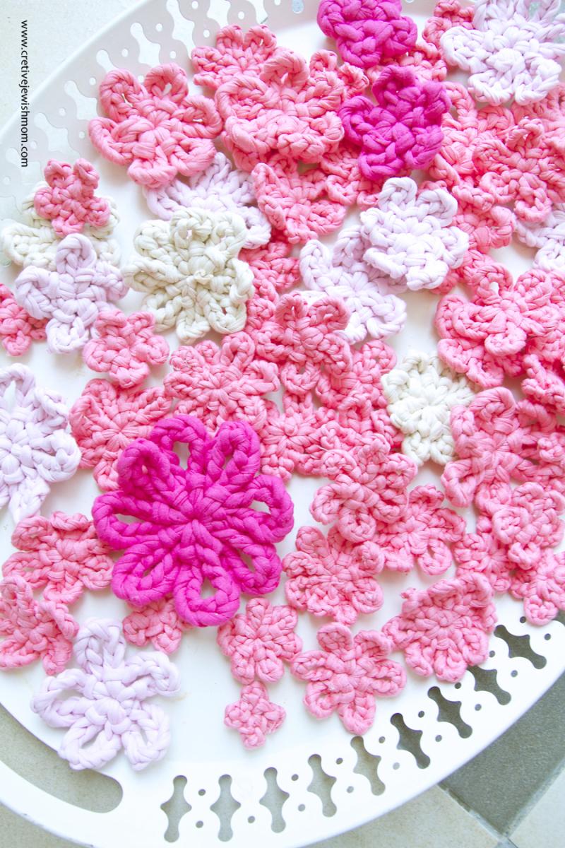 Crocheted one-round-t-shirt yarn flowers
