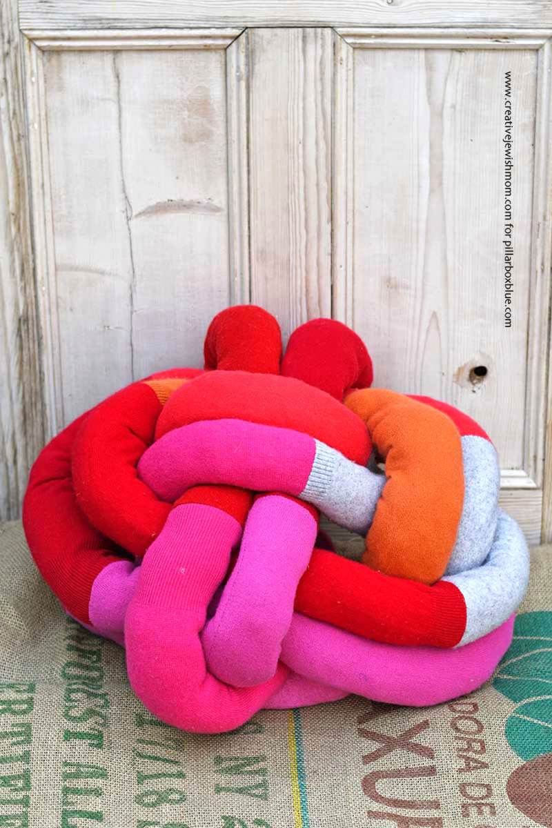 DIY-knot-pillow-from-sweater-sleeves