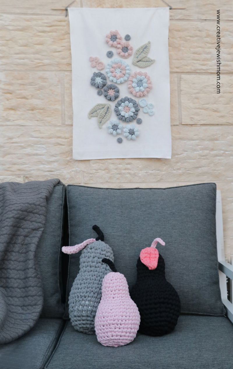 Crocheted-flower-wallhanging-with-dishtowel