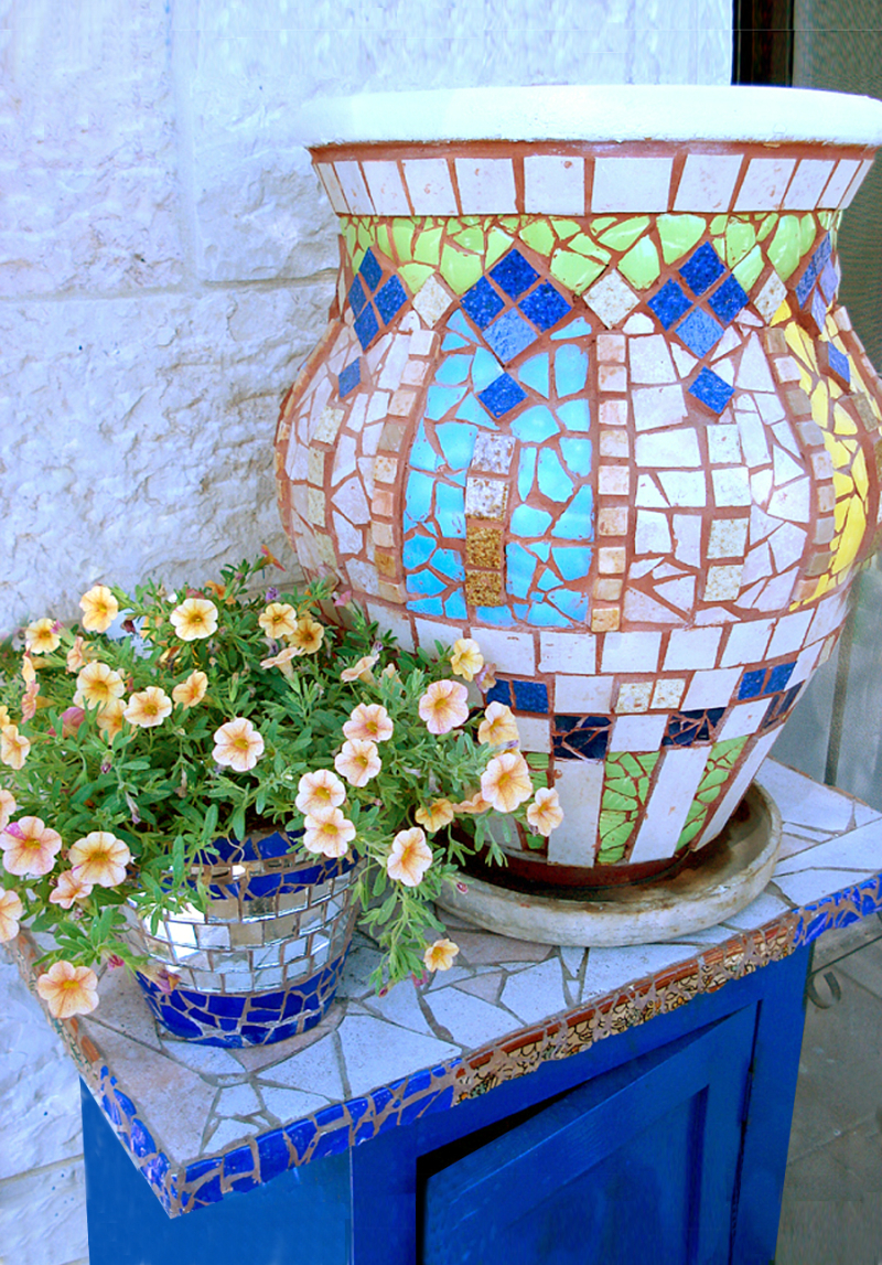 Mosaic-with-broken-dishes-tiles-on-pot