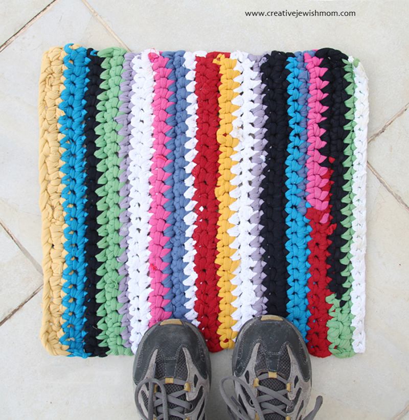 Crocheted-rug-from-DIY-tshirt-yarn