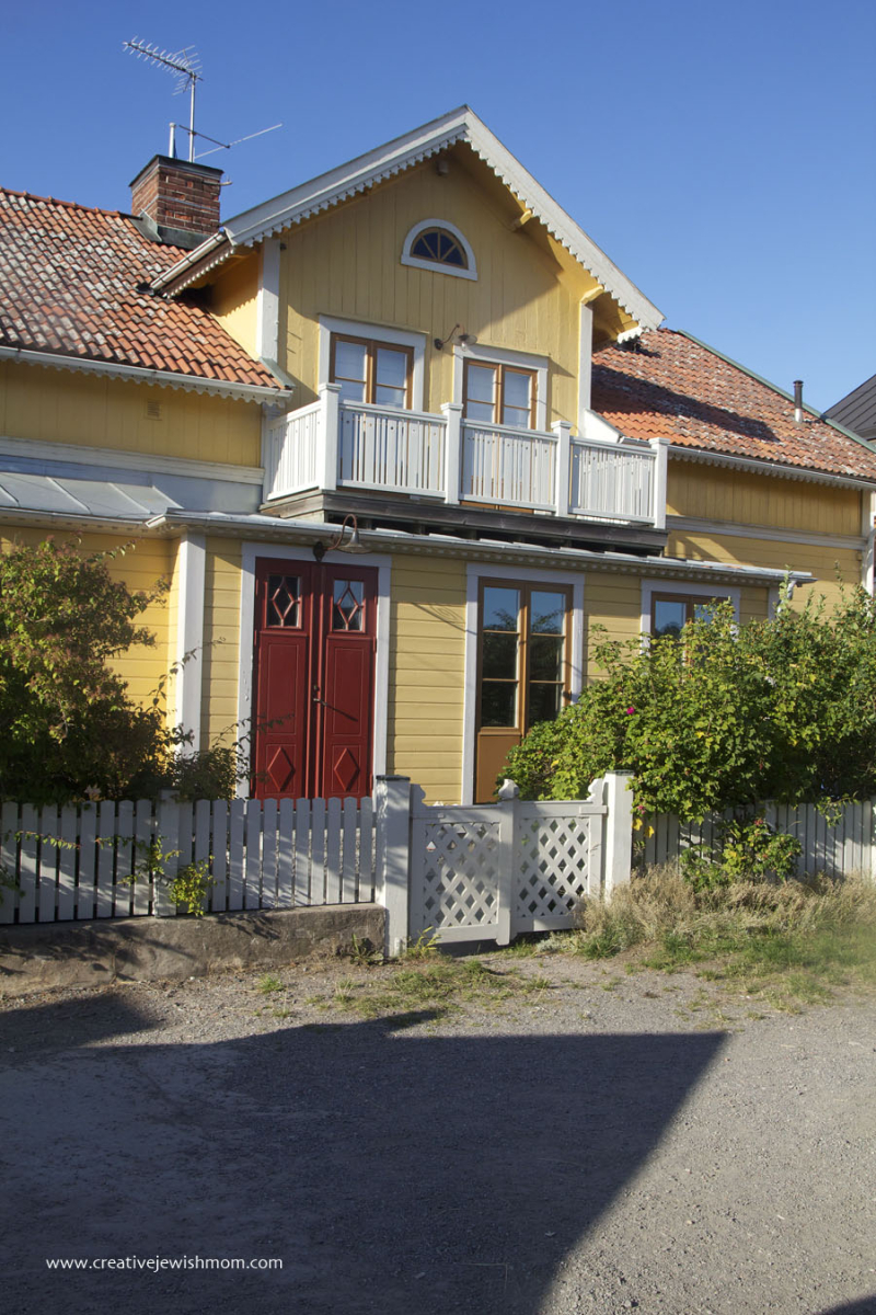 Sandhamn-yellow-swedish-summer-cottage