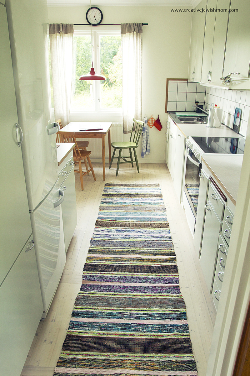 Vintage-cottage-kitchen-with-woven-rug