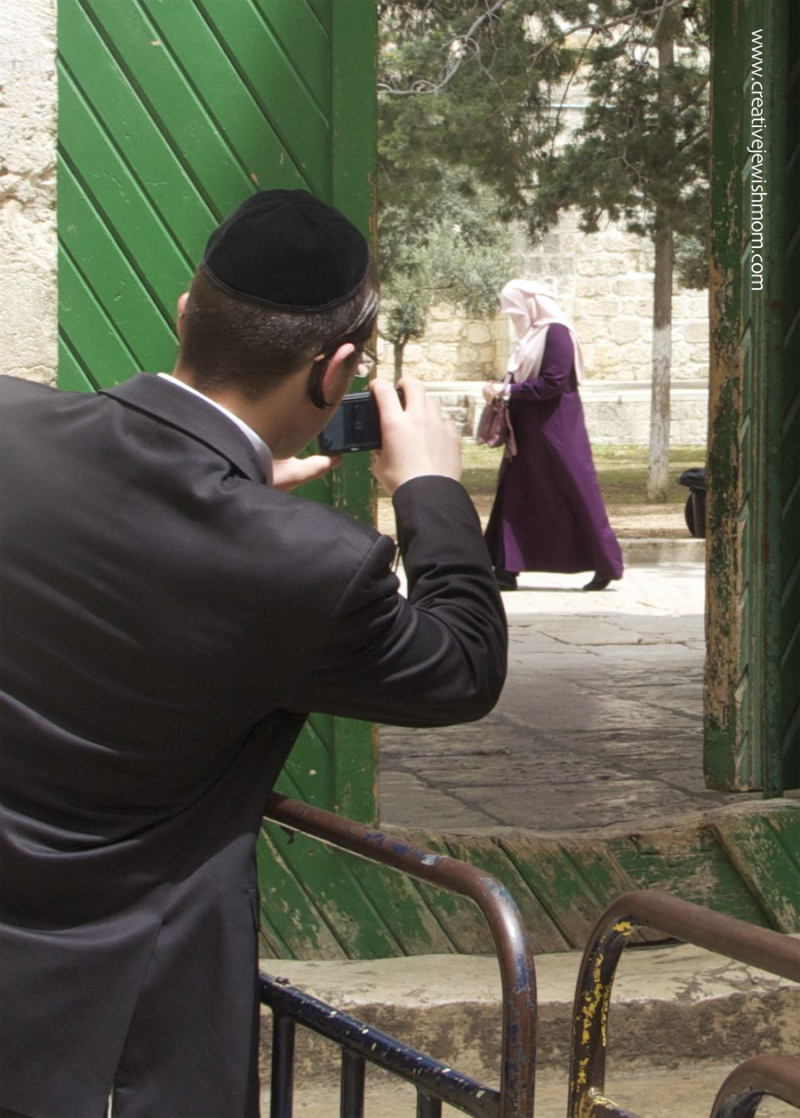 Ultra-orthodox-jew-at-temple-mount-entrance