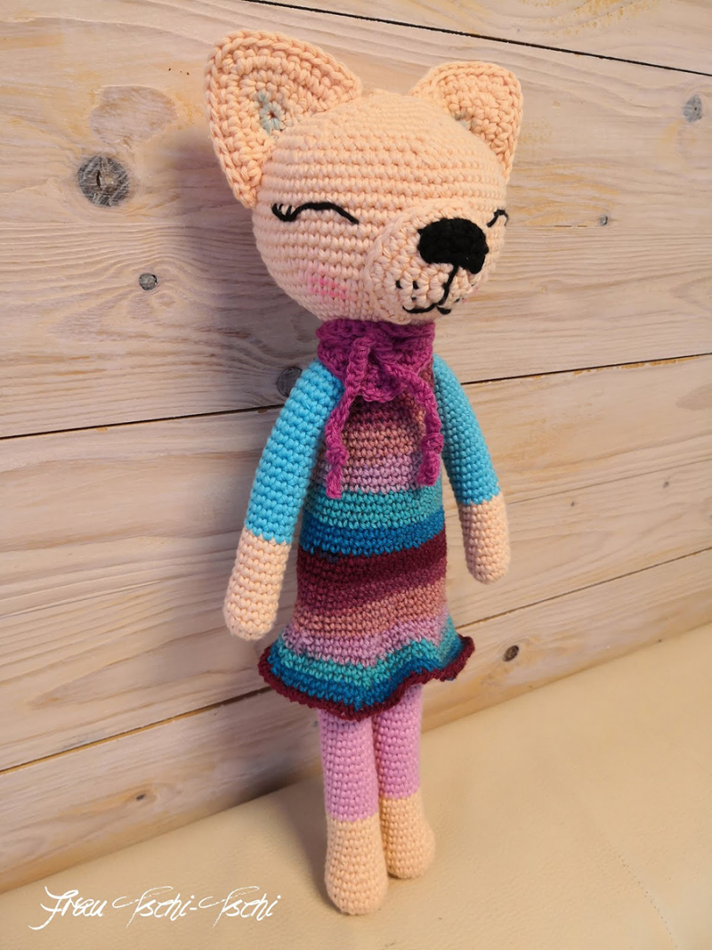 Crocheted-cat-with-dress