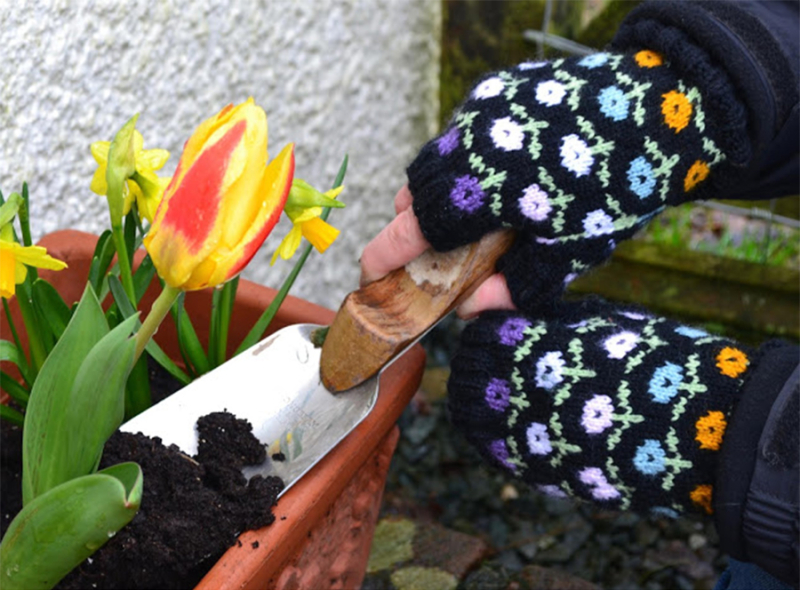 Knit-fingerless-gloves-with-flowers