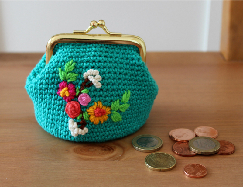 Crochet-coin-purse-with-embroidery