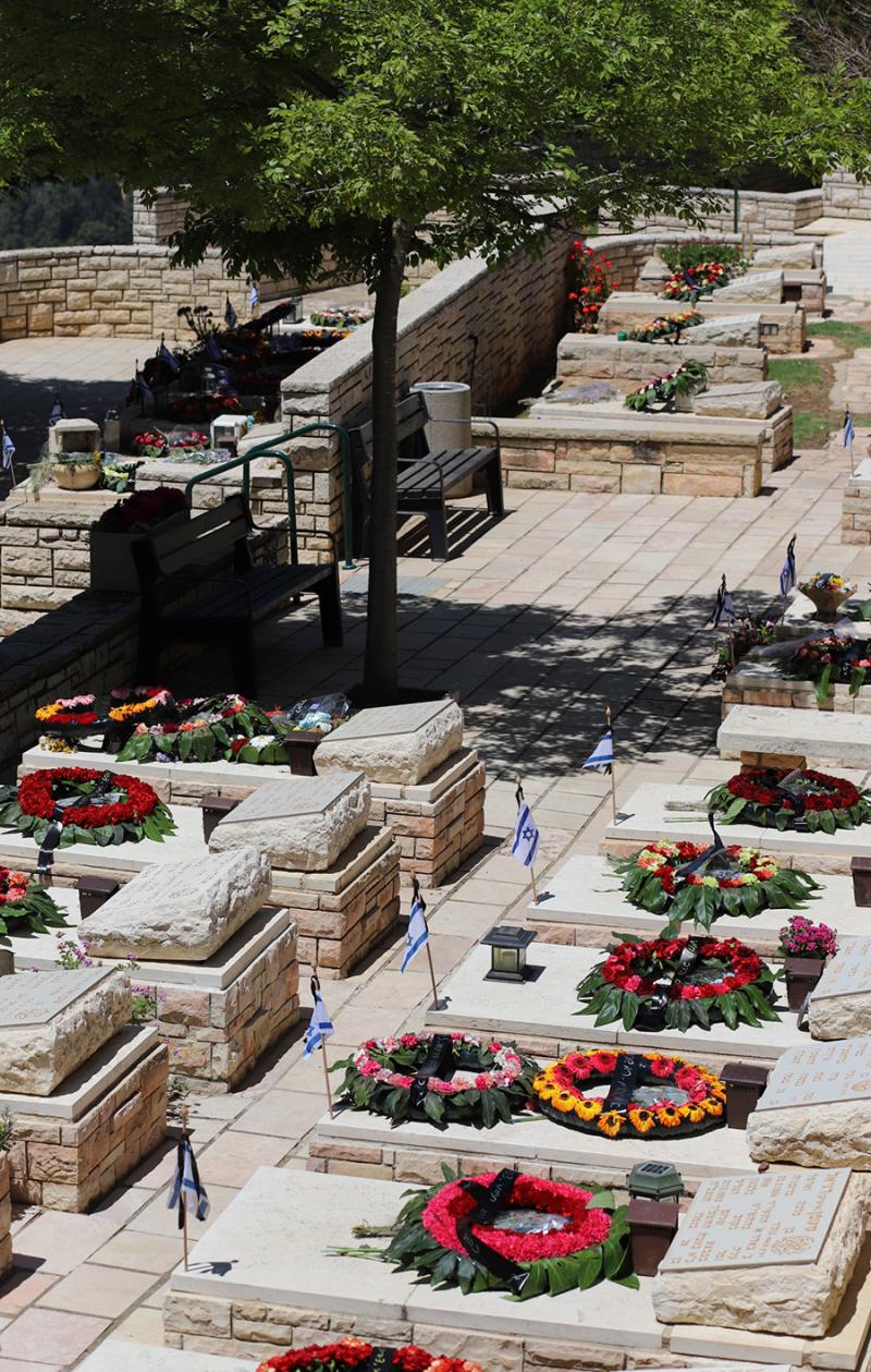 Wreaths-on-graves-soldiers-israel