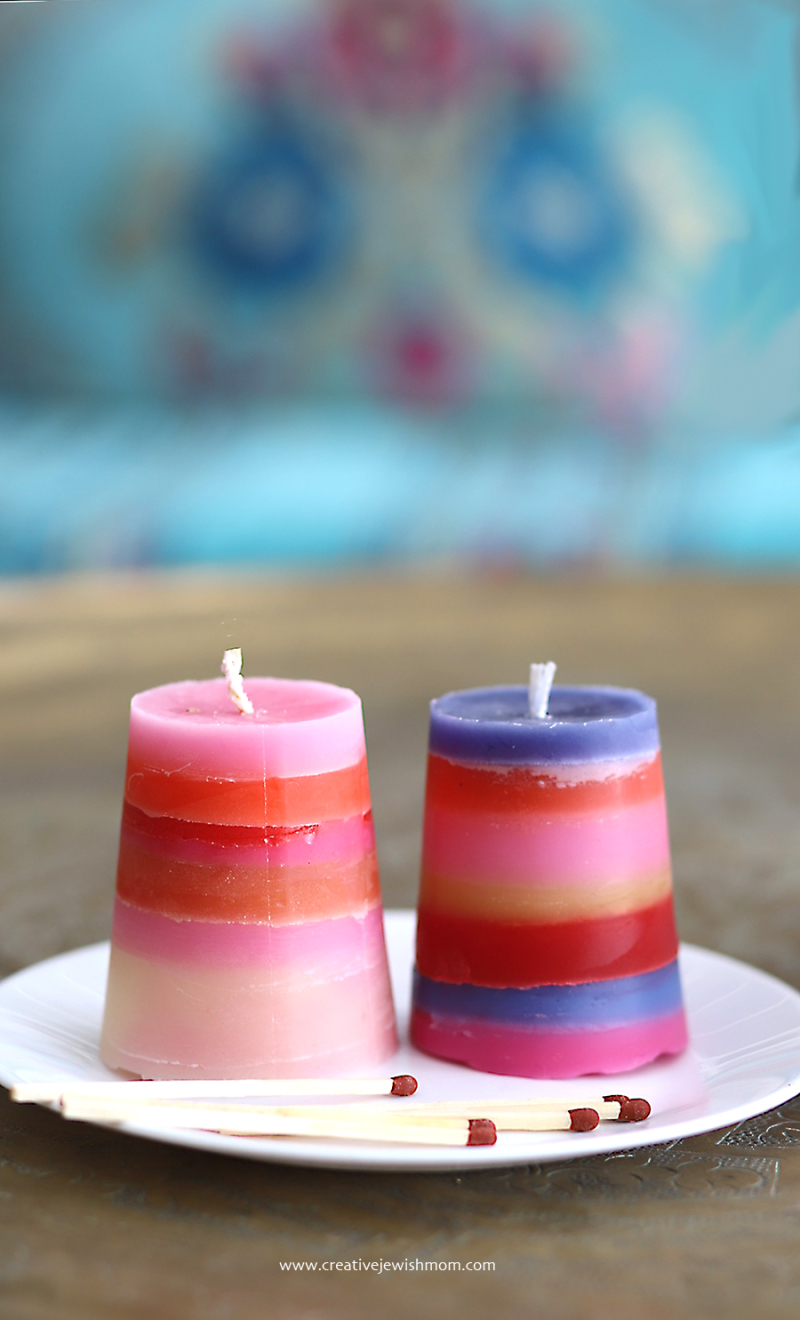 Striped-havdalah-candles-with-turquise-background