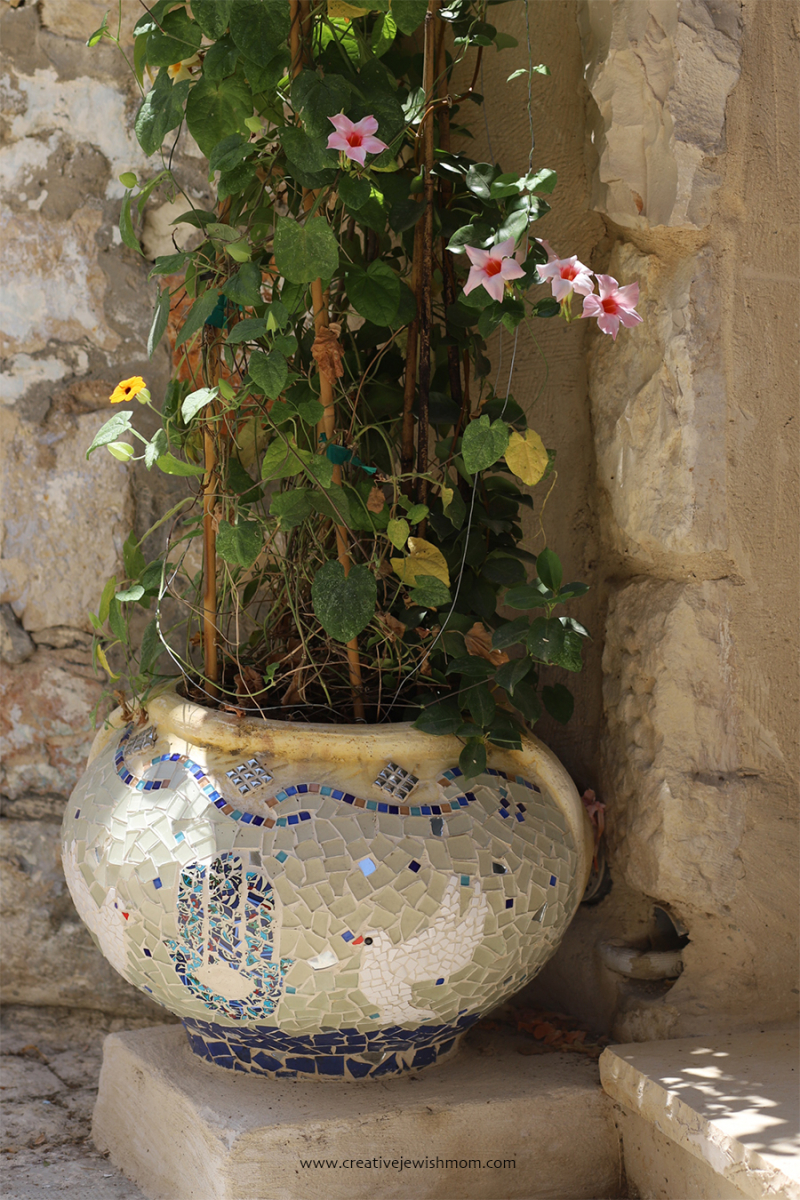 DIY-mosaic-planter-broken-tiles
