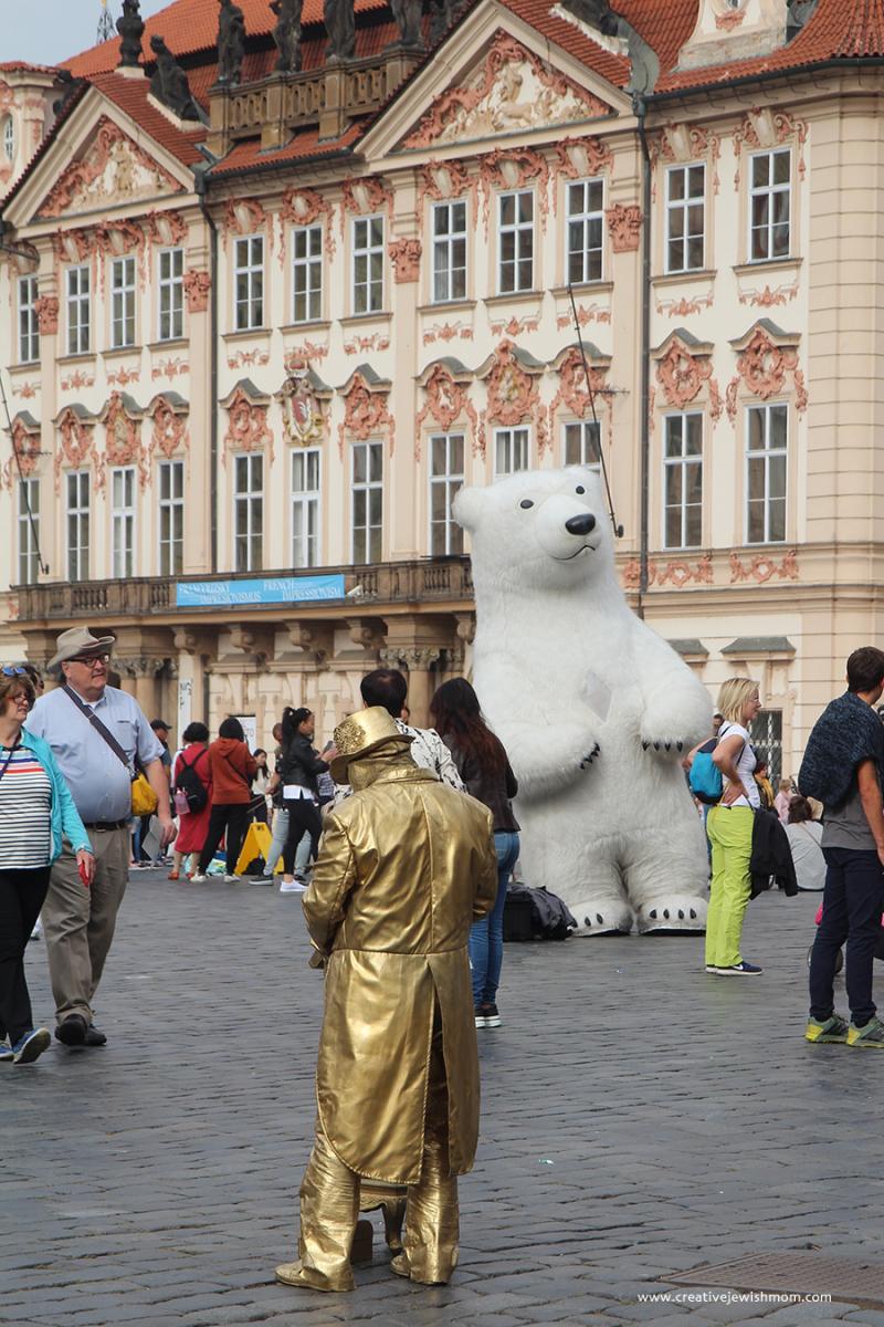 Prague-street-performer-man-in-gold