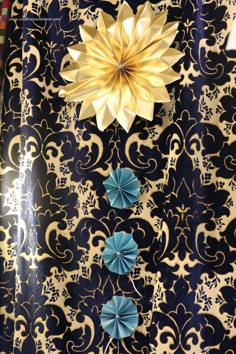 Succah-gold-paper-star-on-curtain