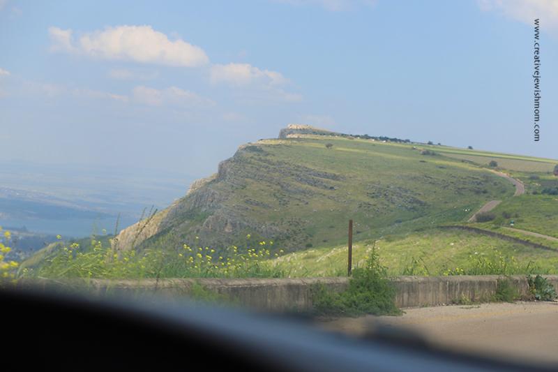 Israel-Mount-Arbel-approaching-on-road