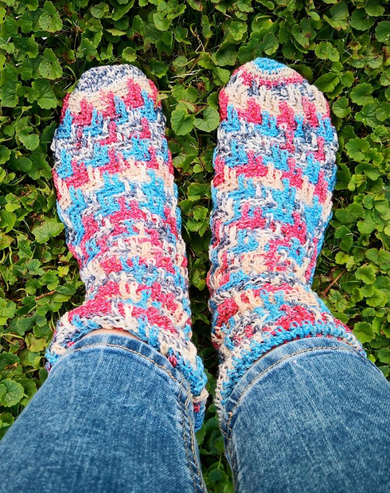 Crocheted-socks-zig-zag